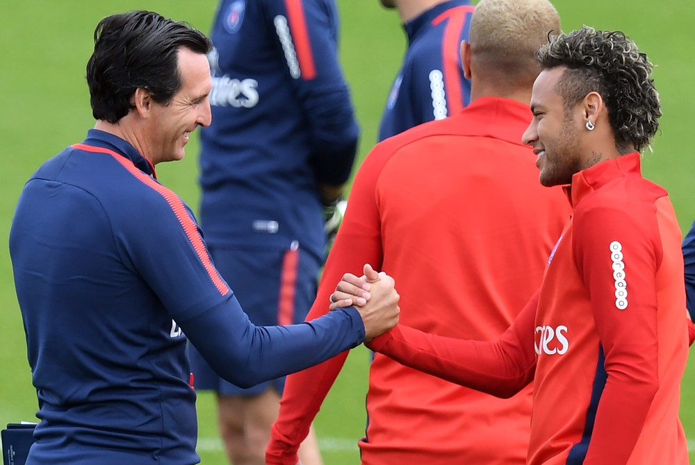 Unai Emery e Neymar durante o treino do Paris Saint-Germain (Foto: AFP)